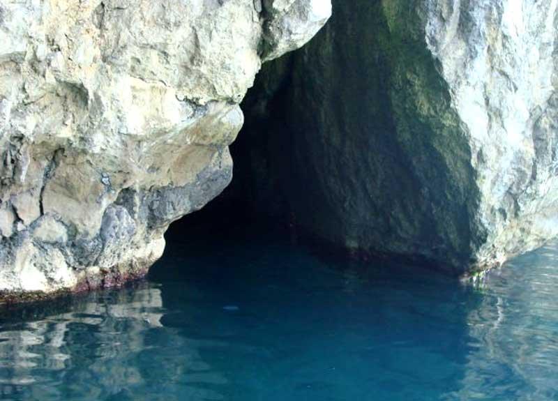 Пушкинский грот - вход в пещеру