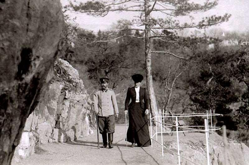 Прогулка Николая II вместе с супругой по Солнечной тропе