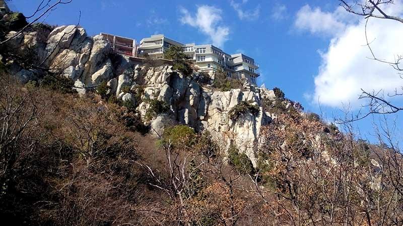 Строения на скалах по маршруту Солнечной тропы