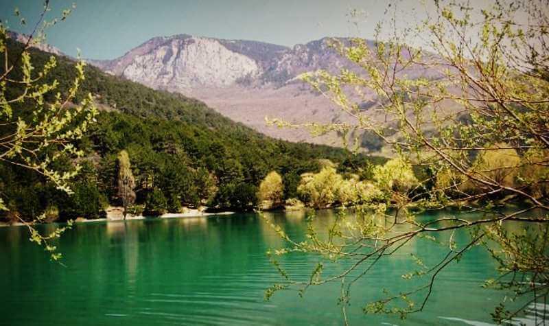 Бирюзовое озеро в Крыму