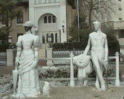 Памятник после зимнего шторма