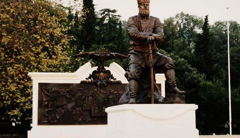 Памятник Александру III в парке Ливадийского дворца