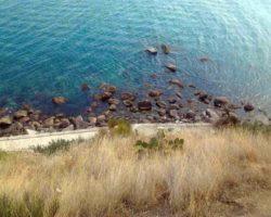 Вид на дикий пляж