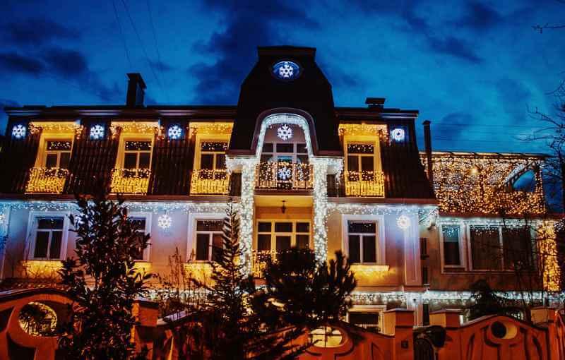Новогодний вид отеля «Каштановый особняк» в Ялте