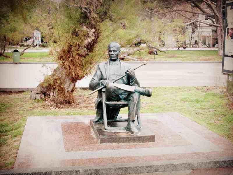Памятник Михаилу Пуговкину на набережной Ялты