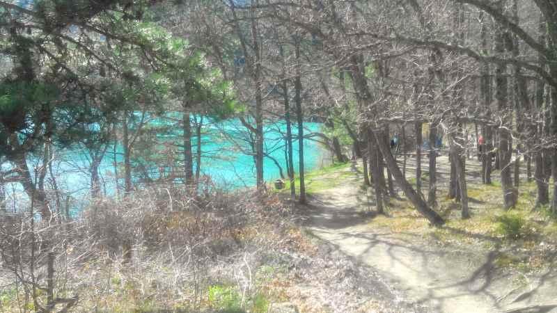 На озере любят собираться туристы для отдыха