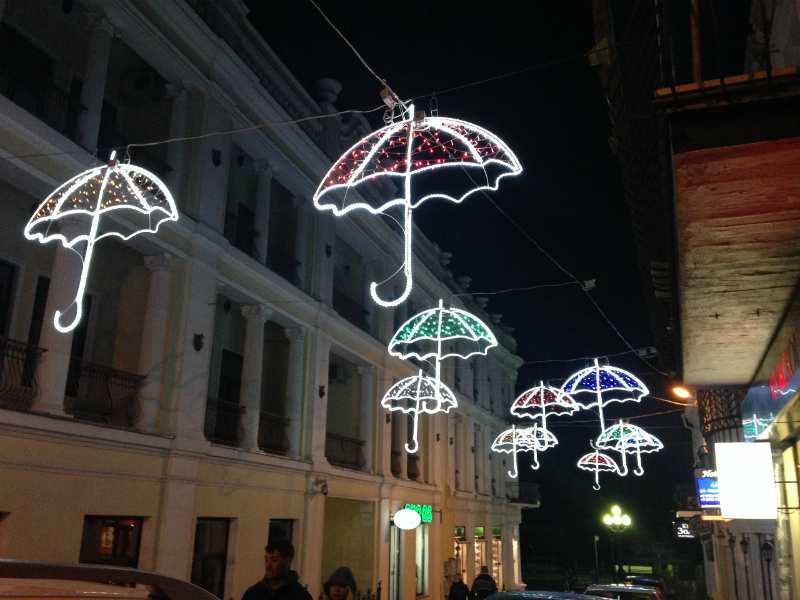 Зонтики по улице Морской к выходу на набережную
