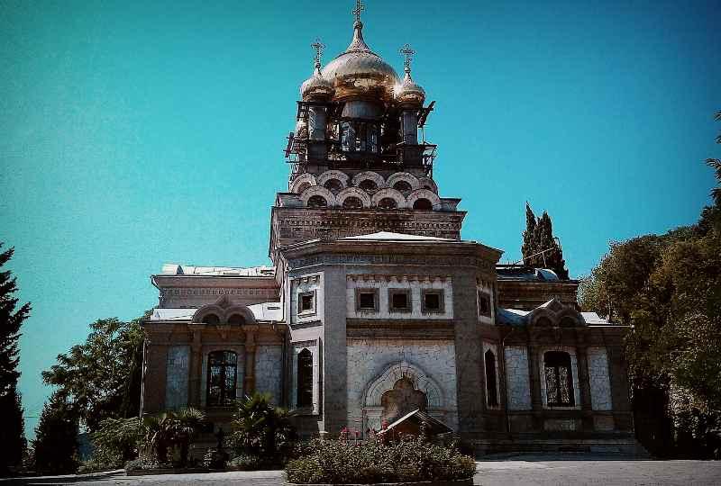Вид храма Архангела Михаила в Алупке
