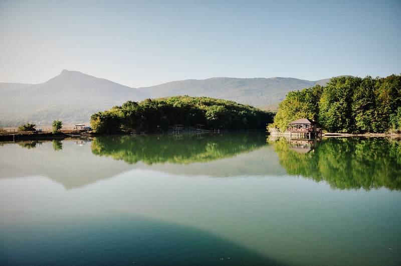Озеро и домики для отдыха (Кабаний перевал)