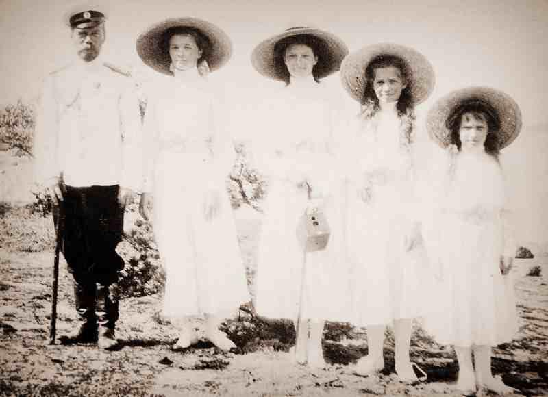 Имератор Николай II с дочерьми