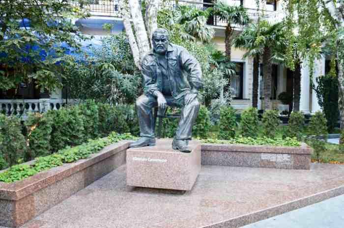 Памятник Юлиану Семёнову в Ялте при вхлде в гостиницу Ореанда