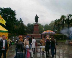 Городские мероприятия возле памятника Ленину