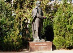Памятник Шевченко в одноимённом сквере в Ялте