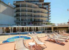 """Пляж и вид отеля """"Яхт-клуб"""""""