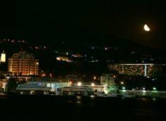 Вид ночью на порт Ялты