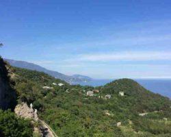 Вид с верху на памятник  альпинистам