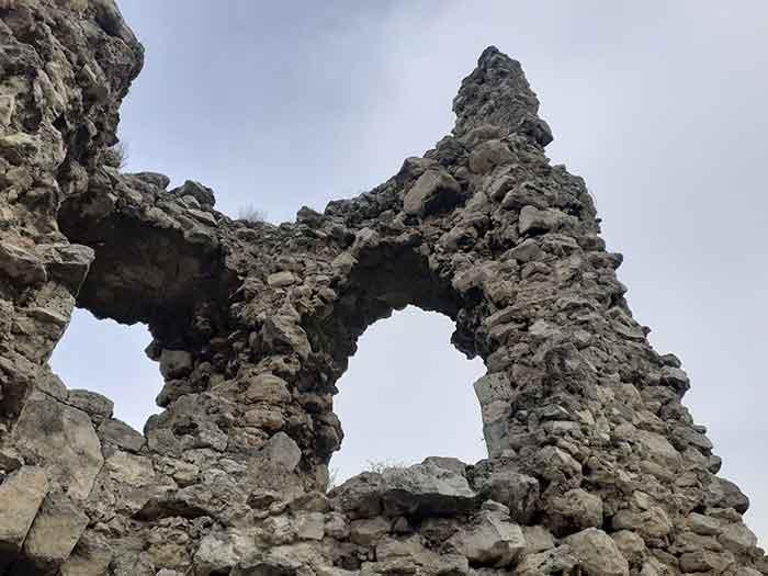 Вид разрушенной стены